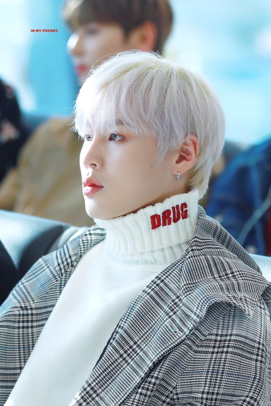 워너원 하성운 - DRUG Turtleneck Knit (Ivory)